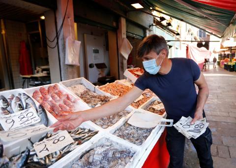 pescadero pone precios pescado en pescadería