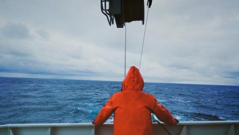 Pescador en la cubierta de un barco.