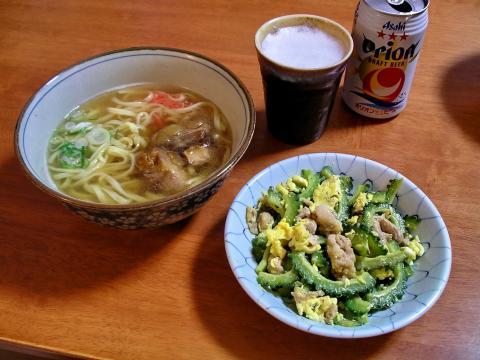 Comida típica: Okinawa soba Y Goya chanpuru con un vaso de cerveza local Orion.