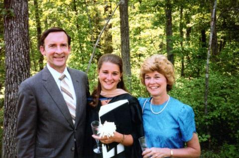 Ray French, Melinda French (Melinda Gates) y Elaine French el día de su graduación en la Universidad de Duke, Durham, Carolina del Norte, mayo de 1987.