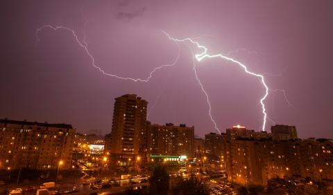Un rayo cae sobre un edificio durante una tormenta en Minsk (Bielorrusia)