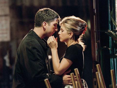 Ross y Rachel (Schwimmer y Aniston) en la segunda temporada de 'Friends'.