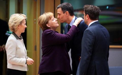 saludo dos besos Pedro Sánchez Angela Merkel