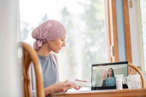 Sesión de telemedicina con una paciente de cáncer.