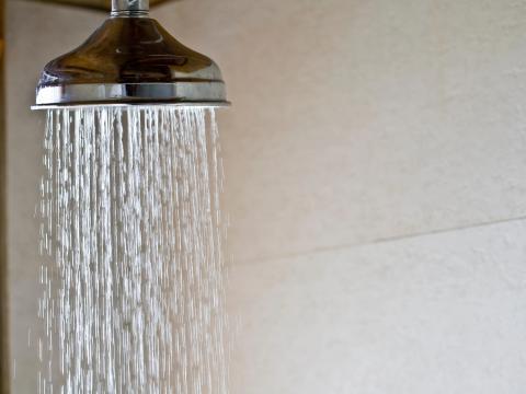Darse duchas frías se ha relacionado con algunos beneficios para la salud.