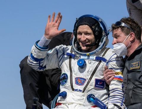 El miembro de la tripulación de la EEI Sergey Kud-Sverchkov aterriza en un área remota en Kazajstán, el 17 de abril de 2021.