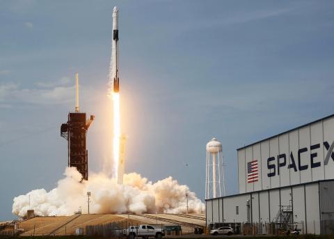 El cohete SpaceX Falcon 9 despega en el Centro Espacial Kennedy el 30 de mayo de 2020 en Cabo Cañaveral, Florida.