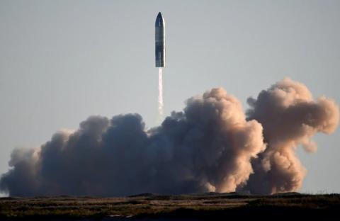 SpaceX lanza su primer cohete Starship SN8 de carga súper pesada durante una prueba desde sus instalaciones en Boca Chica, Texas, el 9 de diciembre de 2020.