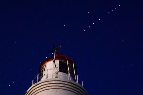 60 de los satélites de comunicación por Internet Starlink, de la compañía privada de vuelos espaciales SpaceX de Elon Musk, vistos en el cielo nocturno.