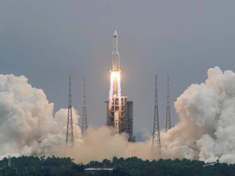 El cohete Long March-5B Y2, que transporta el módulo central de la estación espacial china Tianhe, despega del Centro de Lanzamiento Espacial de Wenchang, en la provincia china de Hainan, el 29 de abril de 2021.