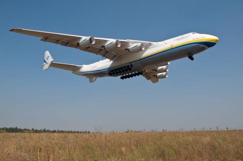 El único Antonov An-225 aterrizando en el aeropuerto de Hostomel, en Ucrania.