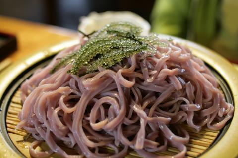 Uvas de mar,: las famosas algas de Okinawa servidas en noodles fríos.