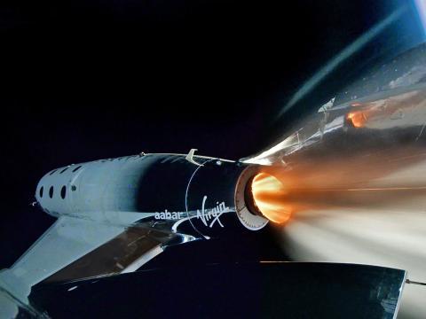 Una nave espacial  se lanza hacia el borde del espacio.
