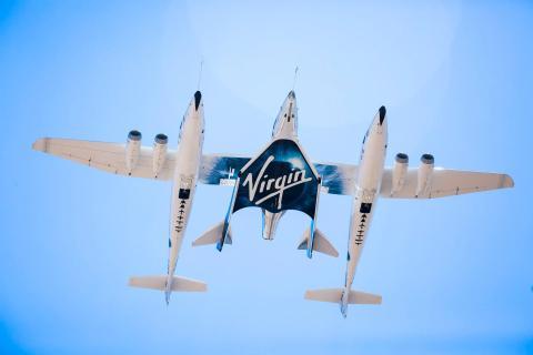 Una nave espacial adjunta a su vehículo portador, WhiteKnightTwo.Virgin Galactic