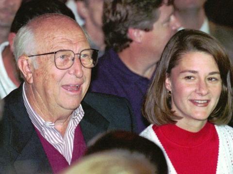 William Gates, el padre del presidente de Microsoft, Bill Gates, en el evento del lanzamiento del Windows 95, el 24 de agosto de 1995. Sentada a su lado está Melinda Gates.