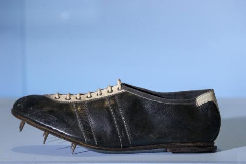 Una de las zapatillas Adidas con las que Owens triunfó en los Juegos Olímpicos (Reuters)