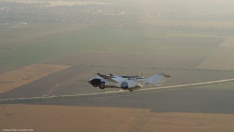 Modelo de AirCar volando.