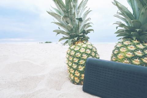 Altavoz de música en la arena de la playa