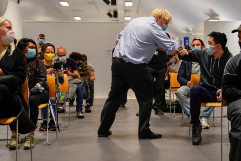 El primer ministro británico, Boris Johnson, visita un centro de vacunación en Londres.