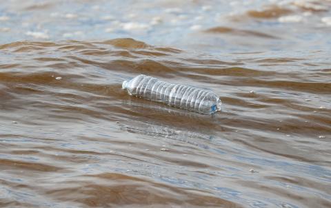 Botella de agua en el mar