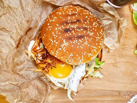 Hamburguesa con huevo.