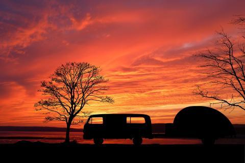 Caravana puesta de sol