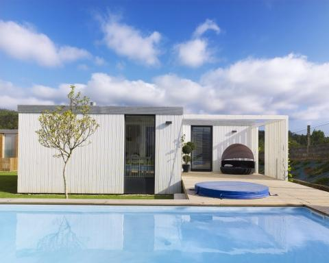 Casa prefabricada con piscina.