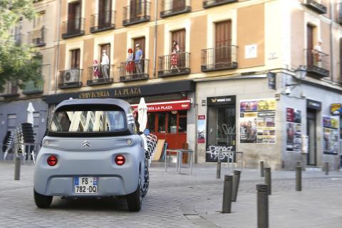 El Citroën Ami se mueve escurridizo por las calles más estrechas de las ciudades.