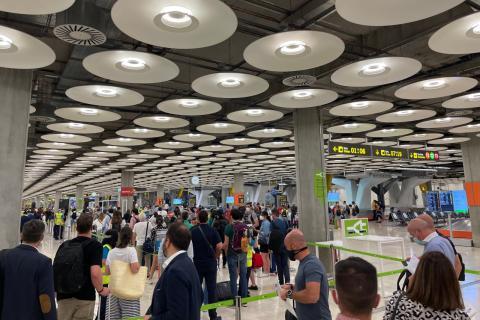 Colas para pasar el control sanitario en el aeropuerto de Barajas.