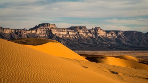 Paisaje de rocas y arena en el Desierto del Sahara en la zona de Libia.