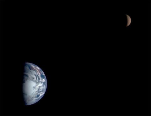 La nave espacial NEAR de la NASA con destino a un asteroide tomó esta imagen en mosaico de la Tierra y la Luna en enero de 1998.