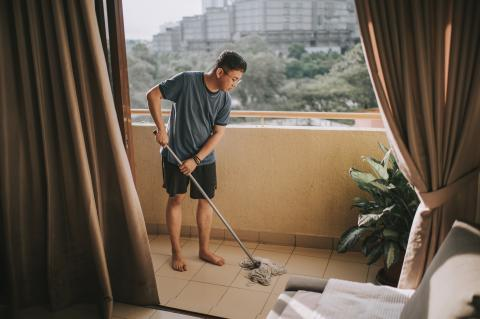 Fregar el suelo
