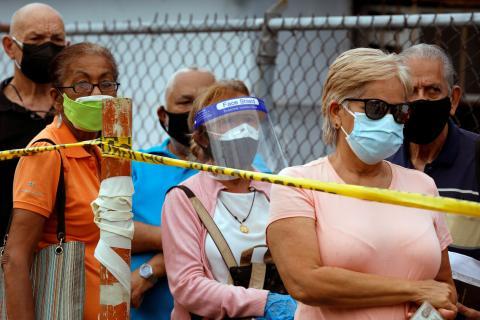 Gente esperando a ser vacunada.