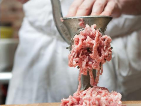 Una persona picando carne.