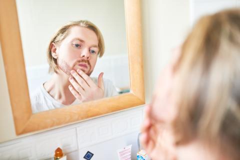 hombre cuidando piel, arrugas, belleza