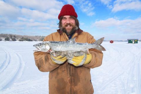 Un hombre con un pescado congelado.