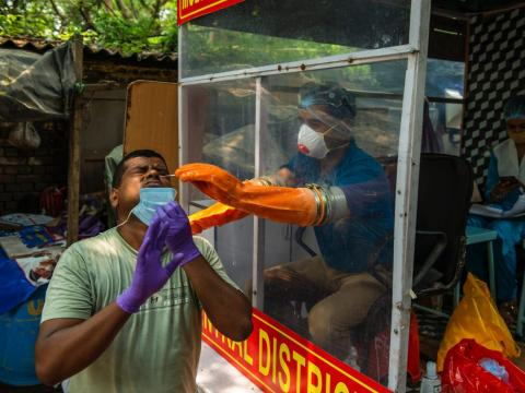 Un hombre se realiza un test en la India