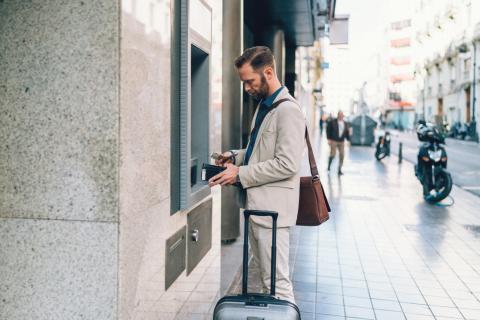 Hombre sacando dinero del cajero