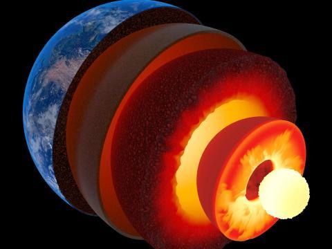 Ilustración de un artista de las capas de la Tierra, incluidas la corteza, el manto y los núcleos interno y externo.