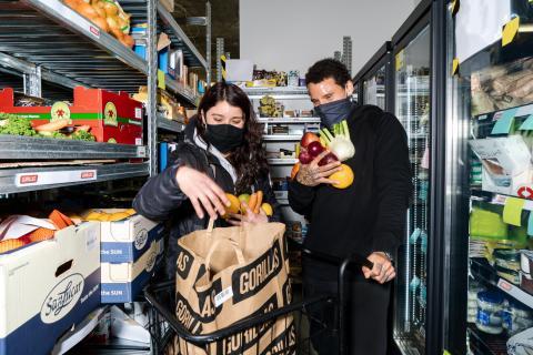 Imagen de dos trabajadores en un supermercado fantasma de Gorillas