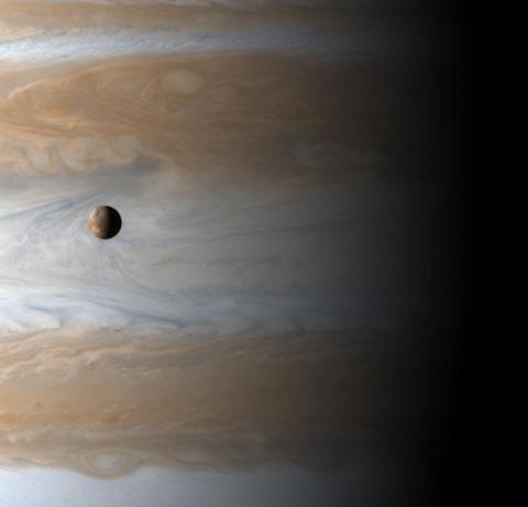 Io orbitando Júpiter.