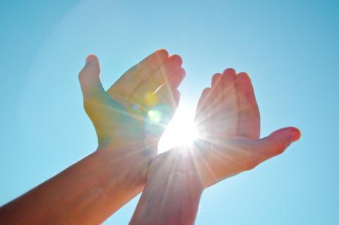 Manos al sol.