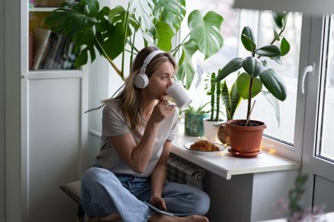 mujer bebiendo café infusiones