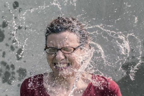 Mujer con la cara mojada