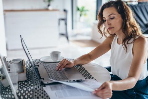Una mujer haciendo una gestión con su ordenador