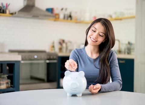 Una mujer joven ahorrando dinero