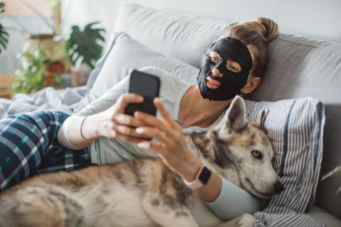 mujer mascarilla en la cara, perros