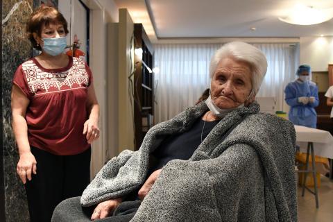 mujer mayor recibe vacuna