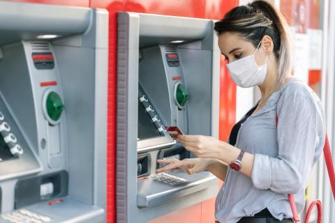 Una mujer sacando dinero del banco