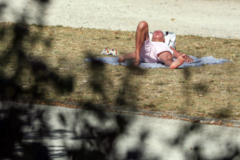 persona tomando el sol, calor
